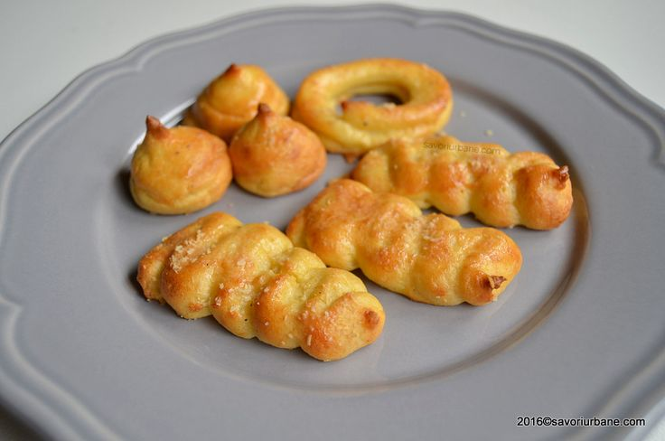 """Cartofi Duchesse – crochete la cuptor. Acesti """"pommes Duchesse"""" sau """"Duchess potatoes"""" sunt de fapt niste crochete din cartofi coapte la cuptor. O garnitura sau un aperitiv pentru mesele festive de Sarbatori. Ce sunt cartofii Duchesse? Reteta de cartofi Duchesse (cartofii ducesei) am preluat-o din Larousse Gastronomique, ca sa ma lamuresc cu privire la compozitia …"""
