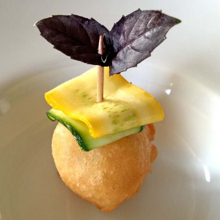 chicche dorate con carpaccio di zucchine verdi e gialle del mercoledì #gnoccofritto #mangiaredadio #foodporn #vegetarian #recipe