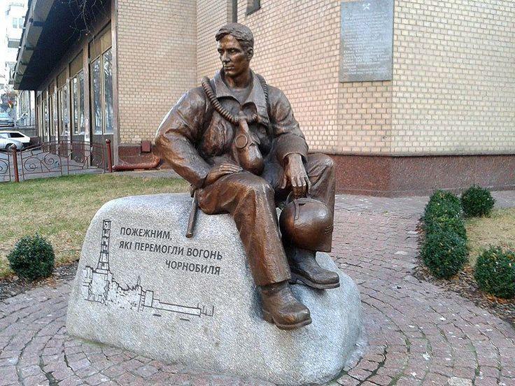 Памятник пожарным-ликвидаторам аварии на ЧАЭС в Киеве