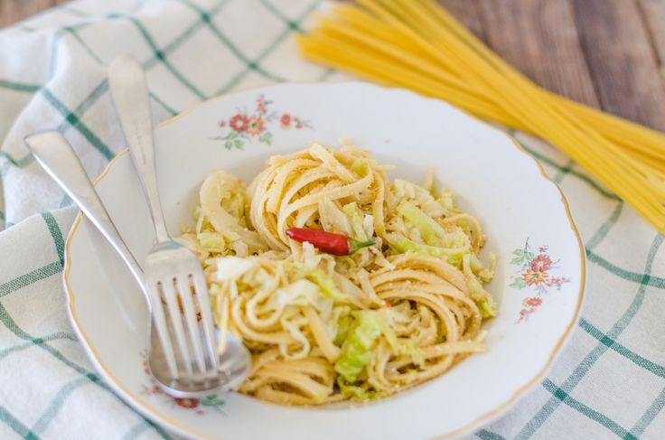 Le bavette alla montanara sono un piatto povero, farcite la pasta lunga con cavolo verza, acciughe sott'olio e peperoncino.