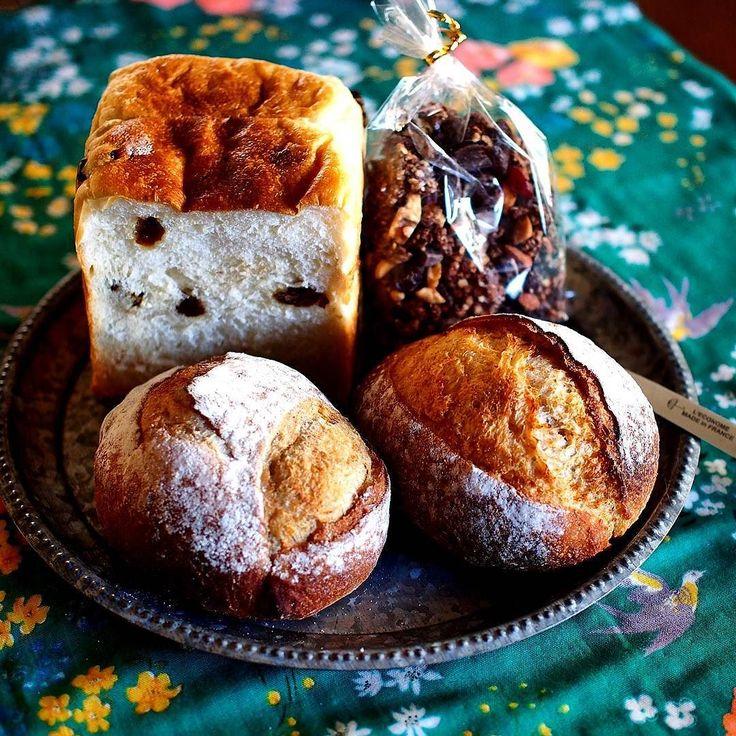 ななパン便キター @e1213002nana ななちゃんのパン便勝ち取りました げへへへへもうね見た目完璧なにこれなんでこんなに素敵に焼けるの ブドウパンコンプレ黒糖ライココアグラノーラ むっきゃーーー時のおやつに早速食べるよ ななちゃんありがとう感謝感激  前回のコメントお返ししてないのにすみません #パン便 #素敵便 #コンプレ #黒糖 #ライ麦 #ココアグラノーラ #ブドウパン #自家製酵母 #ホップ #酒種 #breads #herdbread #旨そうーーー by nekozukionatsu