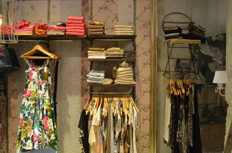 Una espectacular tienda de ropa en buenos aires llena de - Percheros de pared originales ...