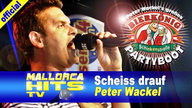 """Auf Peter Wackel´s Bierkönig Partyboot lässt es sich Peter Wackel nicht nehmen und singt zum Schluß noch einmal seinen Hit """"Scheiß Drauf! Malle ist nur einmal im Jahr"""".  http://mallorcahitstv.de/2014/09/peter-wackel-scheiss-drauf-partyboot-2014/"""