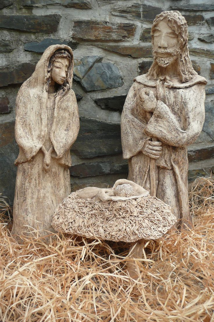 Svatá rodinka Postavy-Josef,Marie a Ježíšek,modelováno z bílé šamotky,začerněno burelem,výška cca 60 a 55 cm,osobní předání vhodné vzhledem k objemnosti.