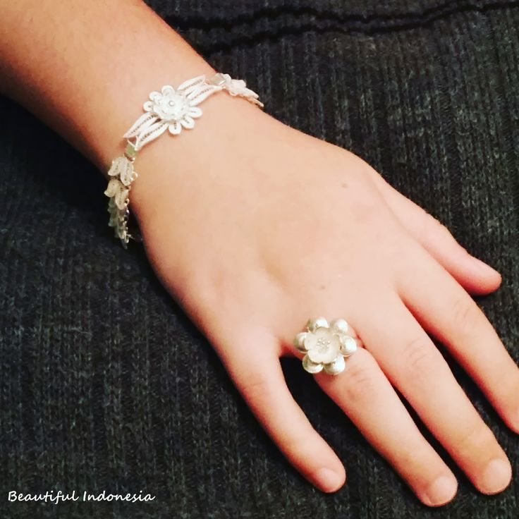 Pure 925 sterling silver, extra cizellated leafbracelet and ring, with flower in the middle Modell: Alexa Piri  https://www.facebook.com/groups/beautiful.indonesia.kiegeszitok/