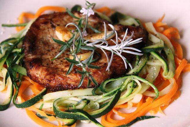 Schab marynowany ze świeżymi ziołami: cząbrem górskim, curry, czosnkiem i słodką papryką na marchewkowo-cukiniowym tagiatelle