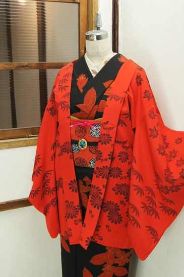 紅の地に墨色の濃淡で染め出された笹の葉や紅葉が凛と美しいレトロ羽織です。