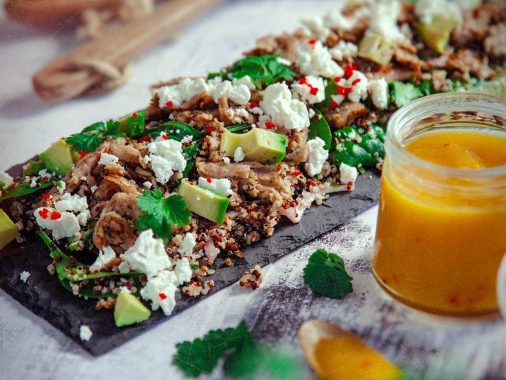 Quinoasallad med oumph är en fräsch och hälsosam sallad. Med fetaost och het mangodressing blir detta vegetariska recept helt underbart gott!