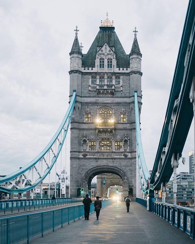 タワーオブロンドンの近くにあるタワーブリッジ タワーオブロンドンほど古くないがそれでも1894年に完成したので100年以上の橋 この橋の上に登って歩くこともできるいつか登ってみたい ロンドン イギリス London ロンドン タワーブリッジ 橋