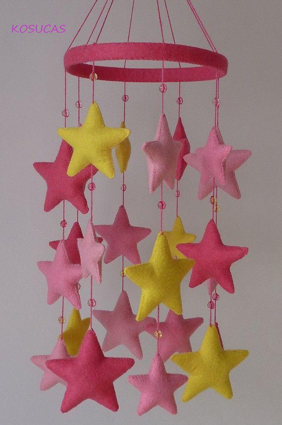 Pink felt mobile with stars por Kosucas en Etsy, €40.00