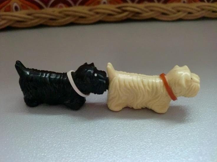 Zwei Hunde welche am Hintern und an der Schnauze ein Magnet hatten. Man konnte sie so wie hier zu sehen anziehen lassen, Hintern an Hintern oder wenn man die Schnauzen gegenüberstellt küssen sie sich.