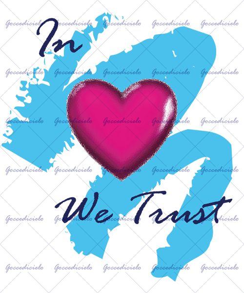"""Grande cuore magenta in vetro smerigliato su fondo sfrangiato color ciano a comporre la frase """"IN LOVE WE TRUST"""""""