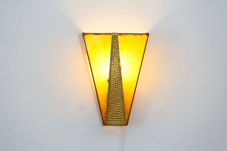 Aplique de pared, lámpara. Estructura de hierro recubierta de piel color amarillo. Detalle de cobre. Iluminación hogar. Hecha a mano. de DreamsLampsDeco en Etsy