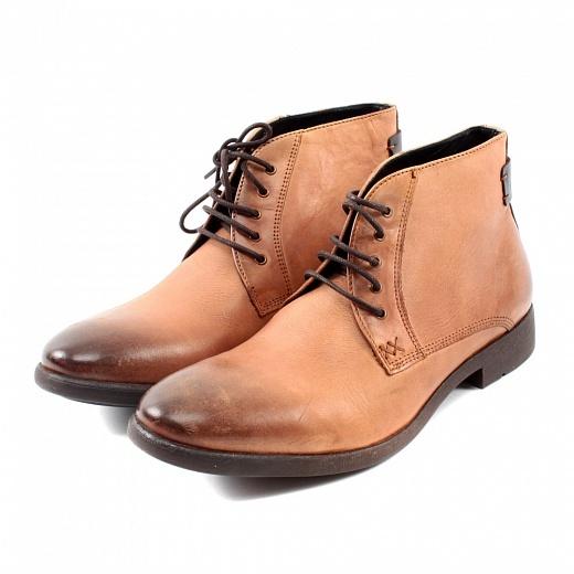 Stylové pánské kožené boty mají módní kotníkový střih sefektním stínováním a nízkým širokým podpatkem. Zavazují se vepředu na tkaničky.