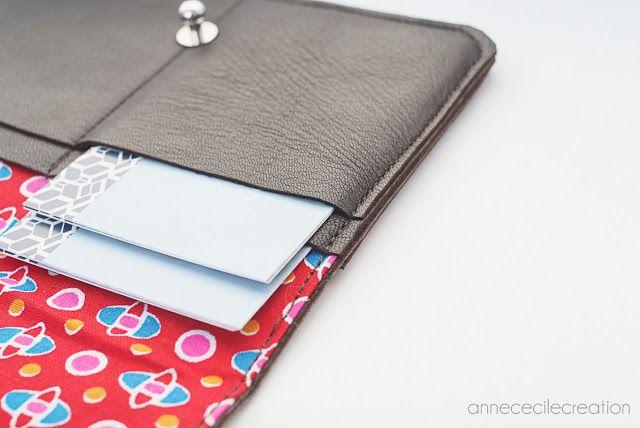 une création sur-mesure en cuir AnneCecileCreation. Un porte-carte qui regorge de poches. De quoi ranger des dizaines et des dizaines de cartes de visite.