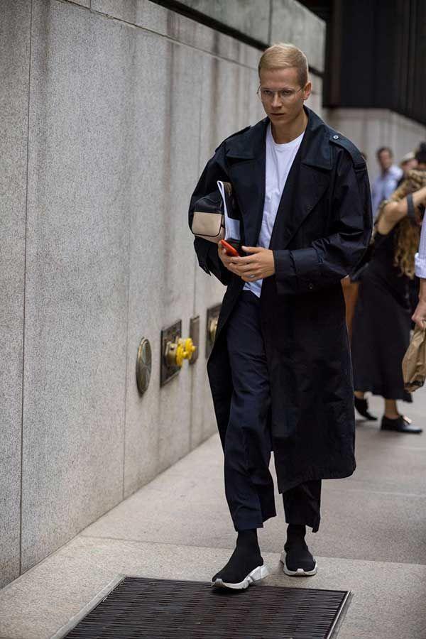 黒トレンチコート×白無地Tシャツ×黒スラックス×バレンシアガ スピードトレーナー