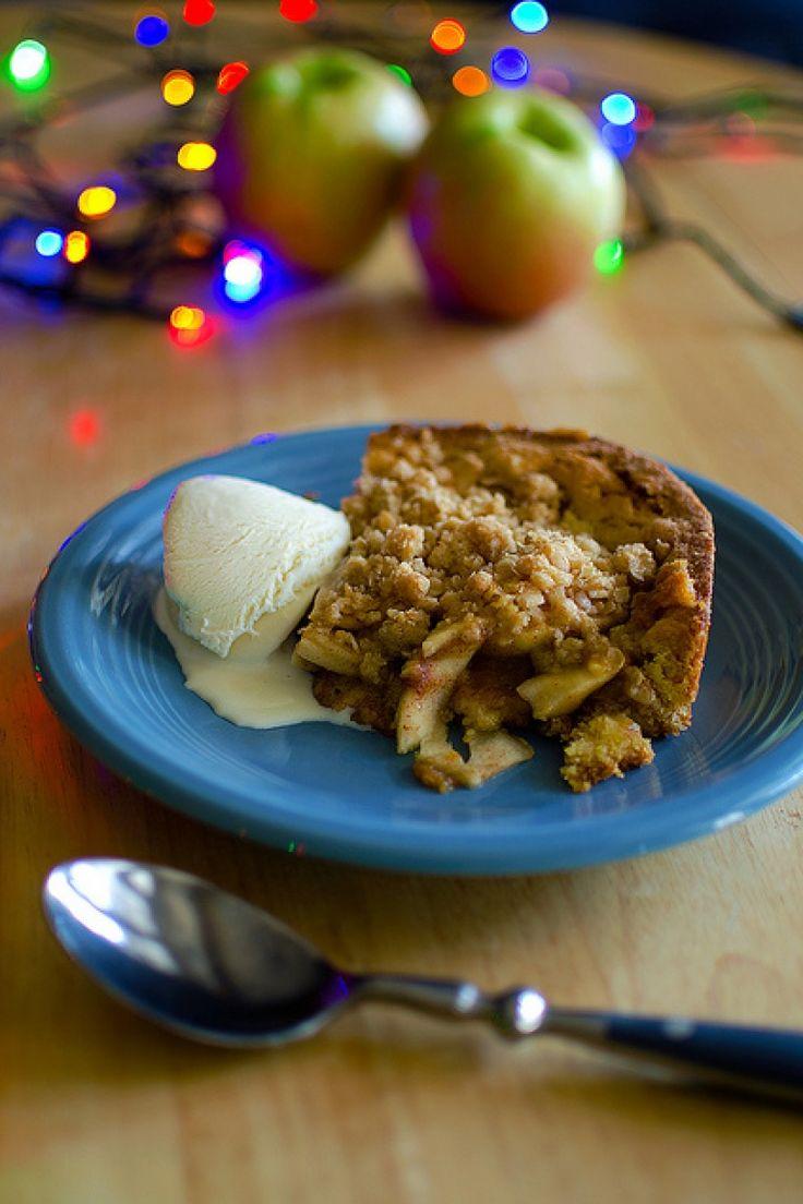 Cobbler di mela e rabarbaro con pallina di gelato. Ricette americane per torte.