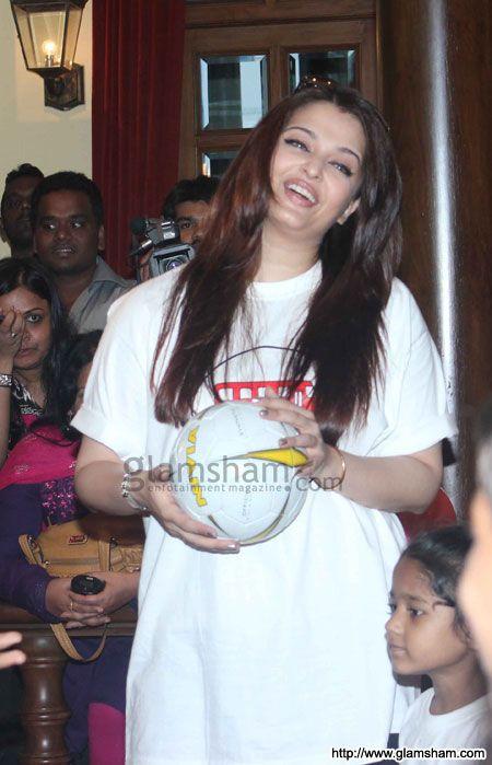 Aishwarya Rai Bachchan at Aishwarya Abhishek Children�s Day celebration - photo 17 : glamsham.com