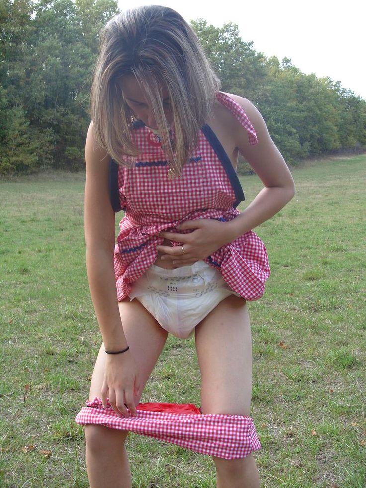 Daisy wets her diaper pink bra - 4 3