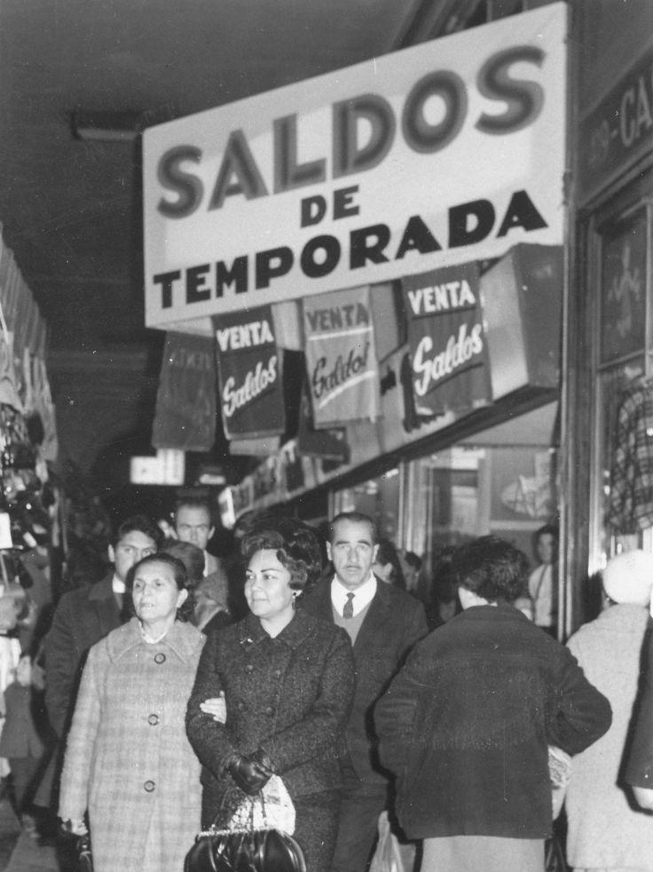 Santiago, Chile ca.1965. Clientes  fuera de la ex tienda Bata ubicada en el Portal Bulnes, al costado de la Plaza de Armas de Santiago.
