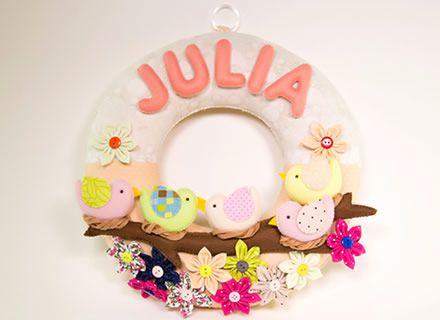 No curso completo de Guirlandas em Feltro você vai aprender a fazer peças lindas, ideais para decorar quartos infantis. São vários modelos diferentes, com temas super legais para você fazer muito sucesso.