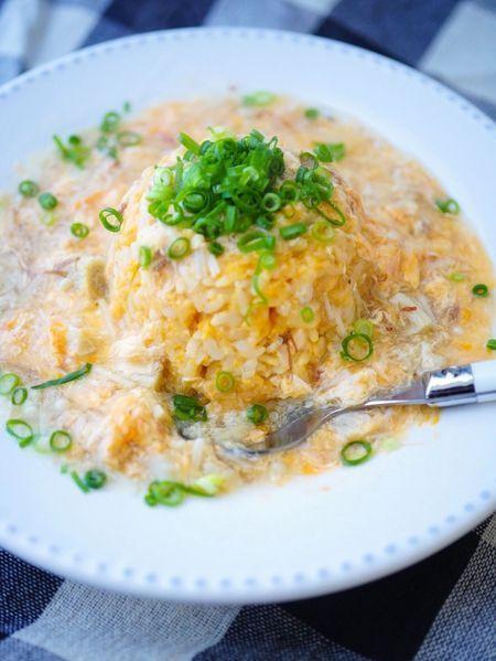 """安くて簡単!「卵のあんかけ黄金炒飯」 「難しい事は抜きの簡単レシピ」卵を2個使うのでちょこっとリッチ気分が味わえます♪ 卵たっぷりのあんかけ炒飯を簡単にご自宅で作ってみませんか? 簡単だから、盛り付けはちょこっとだけ手をかけて、見た目美味しくお安く仕上げましょう。 材料は、【ご飯・卵2個・小口切り葱・えのき】が主な材料なので、お値段も抑えて作るけど上品な仕上がり!ちょこっとおもてなしの締めご飯には、半量ずつで充分だと思います。 もちろん、昼食に食べて頂いても、充分ご満足頂けます。ちょっと食欲がないなっという時にも、優しく美味しくあったか炒飯なら食べられるかも!? 炒飯は卵以外具は入っていません。卵かけ感覚で作れるので、とっても簡単! スープと炒飯が一度に食べられるみたいで美味しいです☆ 今回はシンプルに仕上げていますが、お好みで""""かにかまぼこ""""などを加えられると華やかに仕上がりますよ!"""