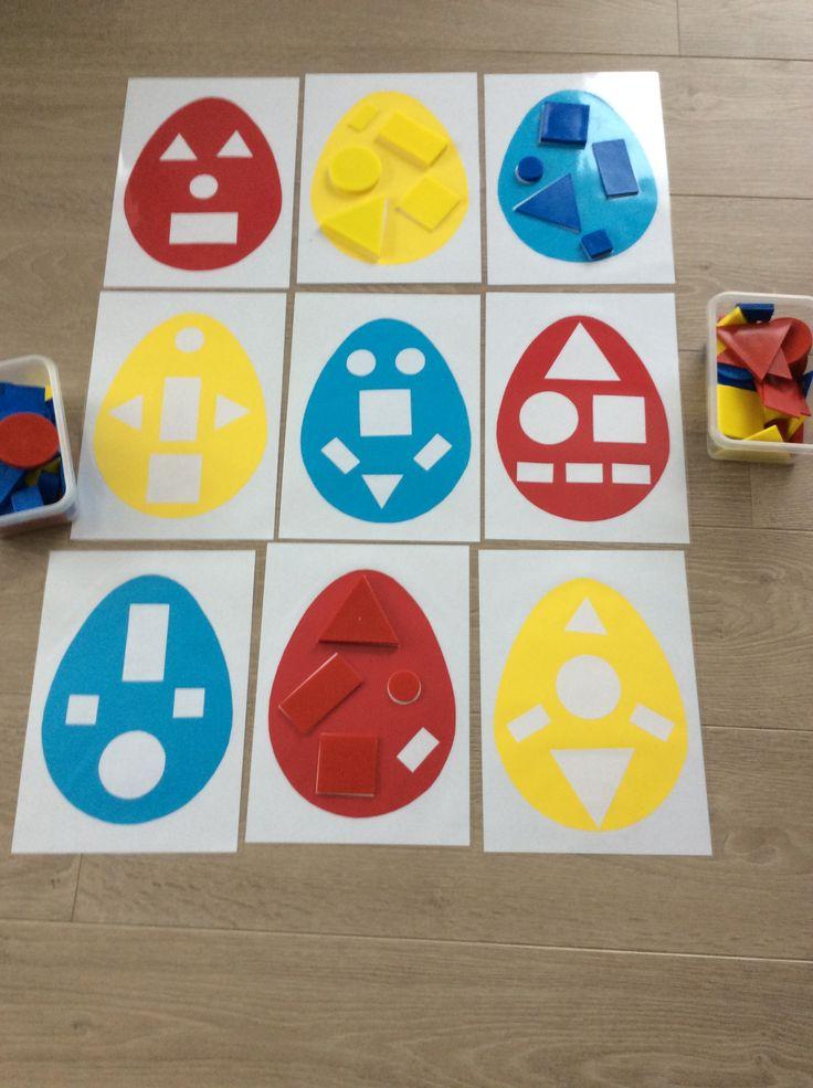 Klassikaal met geometrische vormen. Paaseitjes als eenvoudige inlegpuzzel. *liestr*