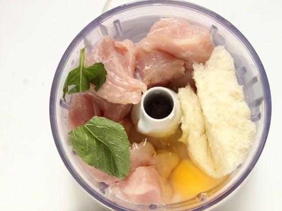POLPETTINE DI TACCHINO FRITTE 2/5 - Tritate finemente la polpa di tacchino, aggiungete il pane bagnato nel latte e strizzato, il cipollotto tritato, la menta tagliuzzata, il formaggio grana grattugiato, l'uovo ed un pizzico di sale e pepe appena macinati. Mescolate gli ingredienti fino a ottenere un composto omogeneo.