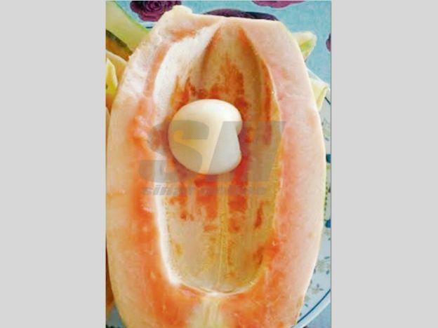 Kami tak berani makan  Sekeluarga terjumpa buah betik aneh tiada biji mengandungi ketulan pelik seakan telur   Sebuah keluarga di Kampung Paya Kelubi di sini tidak berani menjamah buah betik pelik yang dipetik di hadapan rumah mereka.  Kami tak berani makan  Sekeluarga terjumpa buah betik aneh tiada biji mengandungi ketulan pelik seakan telur  Mohd Zulkarnain Khamis 33 berkata betik yang dipotong ibu mertuanya Nor Hayati Dahaman 53 mengandungi suatu ketulan besar seakan-akan telur di…