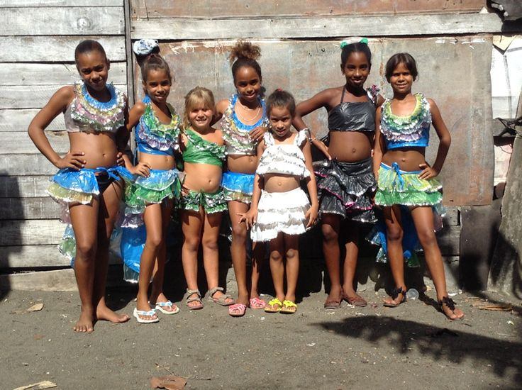 Organizziamo attività ludiche e ricreative con i bambini di Baracoa, fornendo materiale didattico, giochi e cibo.