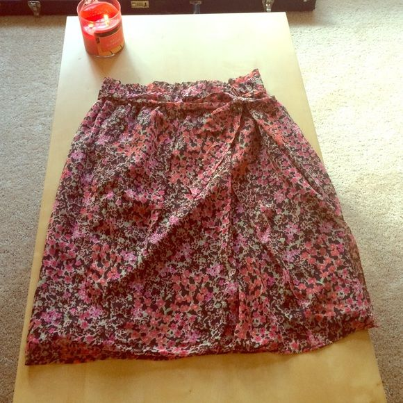 """Lovely tulip skirt! This airy skirt was purchased in Uniqlo Japan and is a Japanese size Large. This is about an American size Medium and says it fits a 27-30 inch waist. The skirt sits at the natural waist and has a matching ribbon belt that adds a cute touch. Fully lined, with a dark gray background and pink and ruby flowers and green leaves. I'm almost 5'5"""" and this hits exactly at my knees. 100% polyester UNIQLO Skirts"""