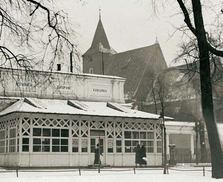 """DUŻO FOTEK   Krzysztof Żyra, """"Przedwojenny Kraków. Najpiękniejsze  fotografie"""" Widoczna na zdjęciu z grudnia 1933 roku kawiarnia i restauracja """"Zakopane"""" działająca od 1826 roku to jeden z najstarszych i najpopularniejszych lokali w Krakowie. Odwiedzali ją aktorzy pobliskiego Teatru im. Juliusza Słowackiego i dziennikarze dziennika """"Czas"""". W 1935 roku zmieniono jej nazwę na """"Zakopianka"""" i pod taką działa do dziś."""