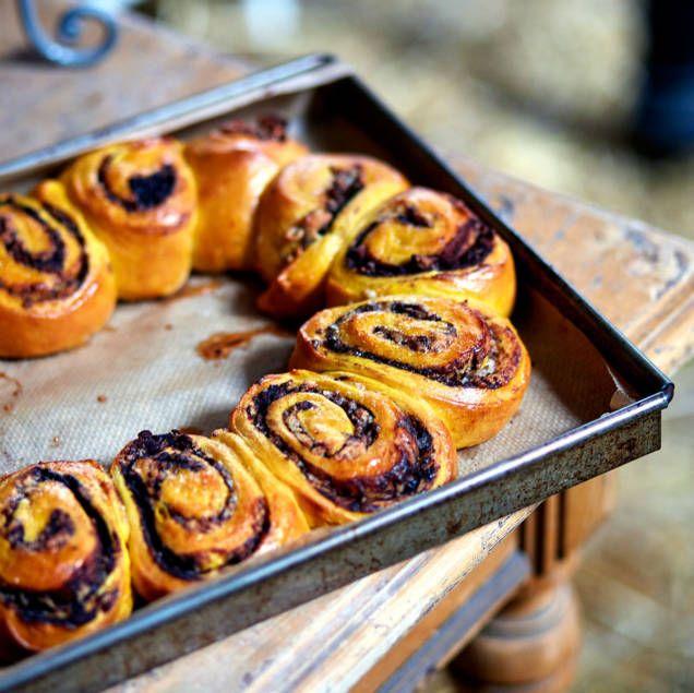 """Att göra kransar som brytbröd till jul ser lyxigt och festligt ut och är både snabbt och enkelt, även för den som är nybörjare på att baka. Man kan egentligen fylla dem med allt möjligt, det är bara att låta fantasin flöda. Denna enkla variant är gjord med smak av kakao och vanilj. Recept ur Leila Lindholms bok """"Sweet Christmas""""."""