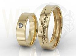Obrączki ślubne z Waszymi odręcznymi podpisami, w damskiej diament / Wedding rings with your own signatures / 2 606 PLN / #jewellery #weddingrings #weddign #inspiration #love #gold #design #diamonds