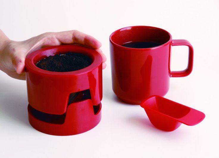 Third Wave Era menggiring penikmat kopi untuk lebih menikmati kafein dengan proses manual. Untuk itu para ahli di dunia kopi pun sepertinya berlomba-lomba dalam menciptakan alat seduh manual yang beraneka. Ada yang diciptakan untuk memudahkan penggunanya, ada pula yang diciptakan dengan mengusung de…