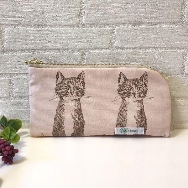 大人気の猫柄♪中もカラフルでかわいいファスナータイプの長財布です。中のコイン入れがオープンなので、ぺたんと厚みのないタイプのお財布です。スマートですが通帳ケースとしても使える大きさなので通帳を持ち歩く方にとても便利です。ポケット4つ。コイン入れ1つ。カード入れ4つ。●カラー:猫 ピンク●サイズ:縦12cm 横23cm 厚さ1.5cm ●素材:綿 ファスナー 飾りボタン ●注意事項:ひとつひとつ時間をかけて丁寧に作っております。様々な布を使って製作しているので一点物です。表面のみ家庭用のはっ水、防水加工をしておりますが、綿ですので、ひどい汚れや水濡れにはご注意ください。●作家名:midori#財布 #長財布 #ファスナータイプ #北欧 #布雑貨 #カード入れ #小銭入れ #通帳入れ #ロングウォレット  #布製 #L型ラウンドファスナー #薄いのにたくさん入る #スマート #ロングタイプ #かわいい #大人可愛い #おしゃれ #派手カワ #個性的 #レディース #多機能 #仕切り#収納力抜群 #レトロ #ミニクラッチバッグ #大容量#プレゼント #贈り物 #ハンドメイド財布…