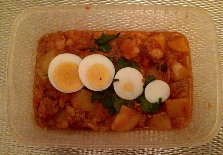 Indiase curry met bloemkool, kip, ei en aardappel.