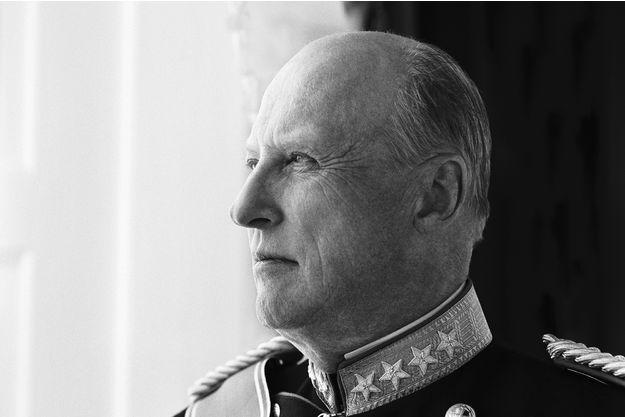 """Le roi Harald V de Norvège a adressé ses condoléances, et celles de son peuple, aux Belges, après les attentats perpétrés à Bruxelles, ce mardi 22 mars. C'est avec """"une grande tristesse"""" que le roi de Norvège a adressé ses condoléances, et celles de son peuple, aux Belges après les """"attentats odieux"""" perpétrés à Bruxelles, ce mardi 22 mars. Dans une lettre, Harald V a demandé au roi des Belges Philippe de faire part de sa """"profonde sympathie"""" à son peuple."""