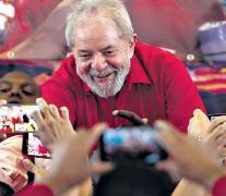 Lula saluda a sus simpatizantes durante un acto en el sindicato metalúrgico de San Pablo. (Fuente: AFP) (Fuente: AFP) (Fuente: AFP) (Fuente: AFP)