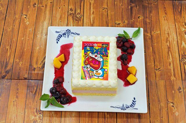 「創刊号ケーキ」コロコロコミック(小学館)と「川崎市 藤子・F・不二雄ミュージアム」のコラボによる展示イベント「ドラえもん×コロコロコミック 40周年展」が、7月8日から2018年1月15日まで同ミュージアムにて開催