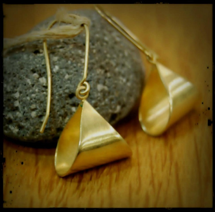 Handcrafted jewelry of silver ALOY (AU) 925 grade. Gilding or rhodium plated for durability in time and better visual effect.