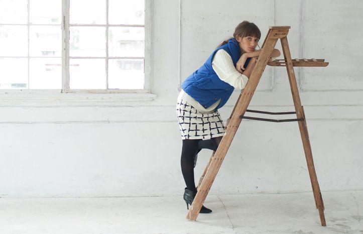 今季のトレンドアイテムのペンシルスカートは程タイトなシルエットで女性らしいスタイリングになります。ケーブル編みニットでレディに仕上げつつも、差し色でブルーのベストをはおると、おしゃれランクも上がります。