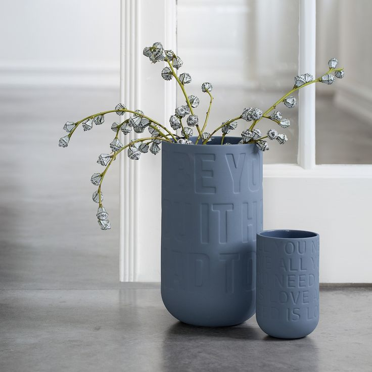 This vase from Kähler's Love Song series is perfect as a floor vase and stunning as a decorative piece on your sideboard, dining table or in your kitchen.