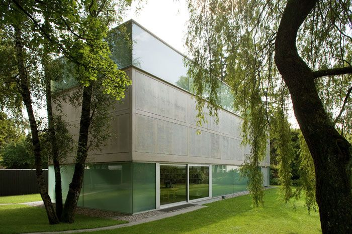The gallery Sammlung Goetz (Munich, Germany) by Herzog & de Meuron is a freestanding volume situated within a park-like garden of birches
