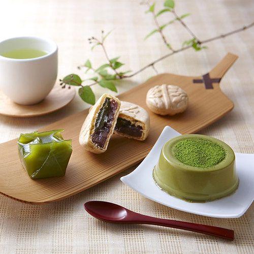 京都のお茶処・宇治に店舗を構える茶舗「伊藤久右衛門」がおくる、人気菓子6種セット。天保3年より茶業を営む老舗ならではのこだわりは、伝統的な石臼挽き製法の宇治抹茶と、じっくりと焙煎した香り高いほうじ茶。茶の香りを引き出した味わいが自慢です。心豊かなお茶の時間をお贈りください。