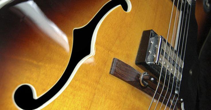 Como esculpir uma guitarra semi-acústica ou de tampo oco. O formato das guitarras de tampo abaulado ou oco (acústicas ou semi-acústicas) lembram o casco de uma tartaruga; o tampo e a parte traseira devem ser esculpidos para criar um domo arredondado, enquanto a parte inferior deve ser esculpida para criar o encaixe correto. Você deve obter uma espessura uniforme e ao mesmo tempo deve manter as bordas ...