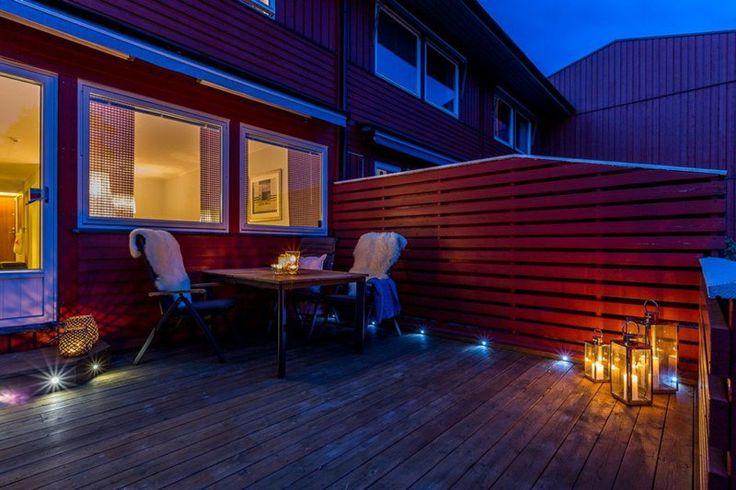 terrasse en bois composite avec des spots LED encastrés au sol