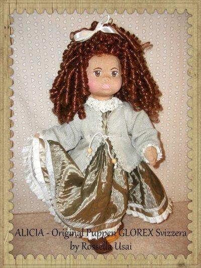 Bambola di stoffa fatta a mano tipo Glorex, Alicia, bambola Svizzera cucita a mano, con il materiale giusto, con l'originale tessuto tricot Svizzero, la maschera del volto é ricoperta di tessuto e dipinta a mano. Popolare bambola di pezza Svizzera, dimensione della bambola 50 cm. Perfetta per giocare, da collezionare e come decorazione. Pezzo unico. Ho studiato il vestito di Alicia in dettaglio, e ho l'ho fatto con amore ...Piedistallo incluso