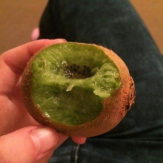 Eating a kiwi like this. There are people who do that. | 19 Things You Won't Believe People In This World Actually Do