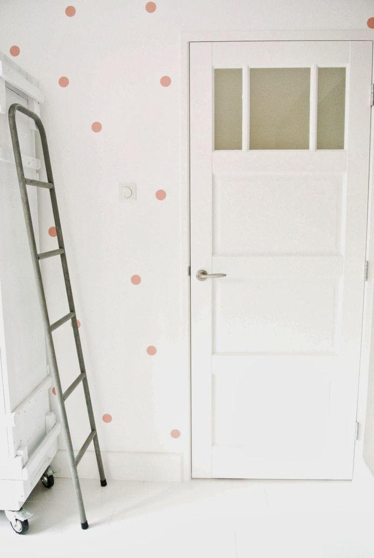 Stoere kast met ladder en muur met stippenstickers - Lekker Fris
